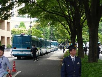 機動隊のバスの列